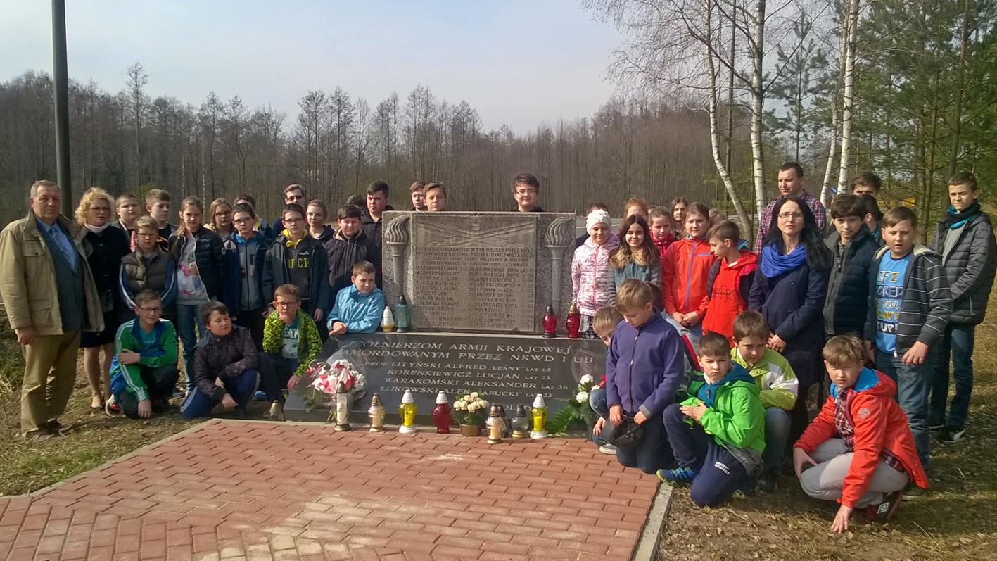 08.04.2016 r. Uroczyste złożenie kwiatów pod pomnikiem we wsi Tartak.